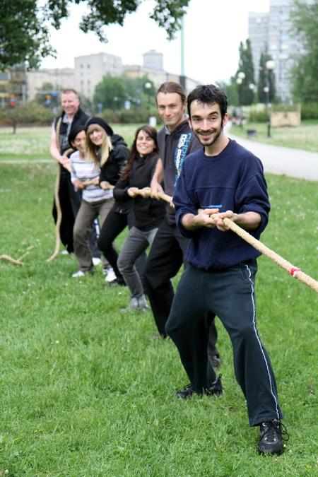 przeciaganie liny szkoła samurajów trening w plenerze